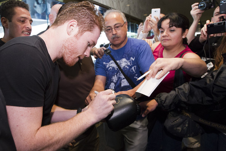 002_canelo_alvarez_signs_autograph_medium