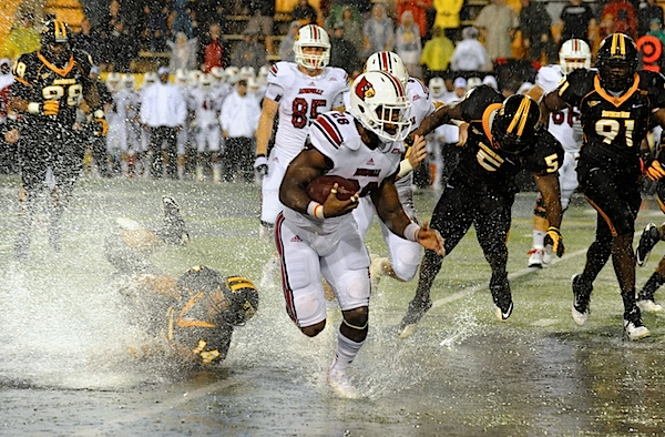 L_ville__rainy_day_tackle