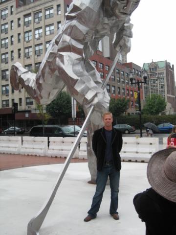 R_artist_and_statue_medium