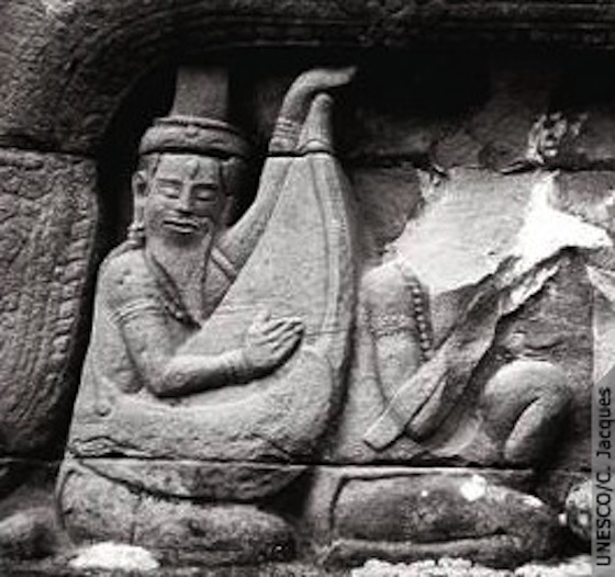 Temple_banteay_chmar_after_looting_001
