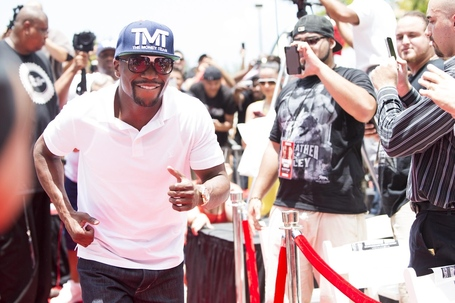 003_mayweather_runs_up_the_red_carpet_medium