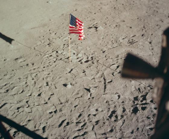 Moon-flag-560