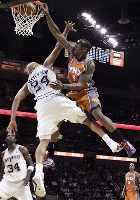 Amare Stoudemire dunks on Richard Jefferson