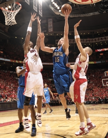 Hedo Turkoglu shoots a layup against the Toronto Raptors