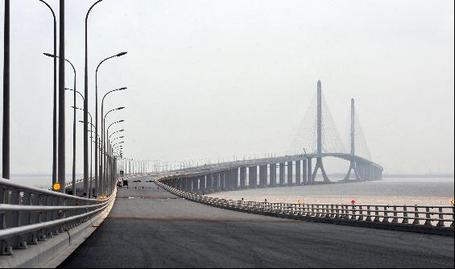 Shanghai_yangtze_river_bridge_medium