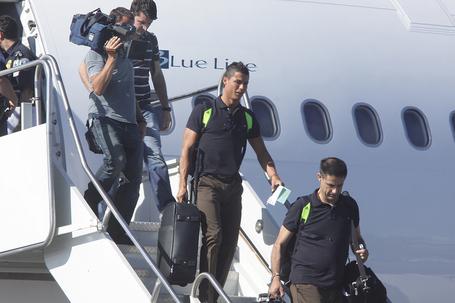 Cristiano_ronaldo_airport_arrival_medium