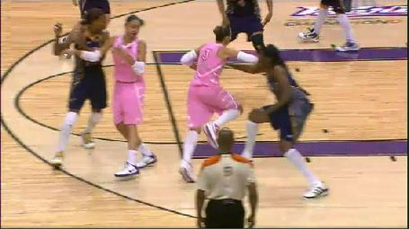 Taurasi_elbow_to_davenport_medium