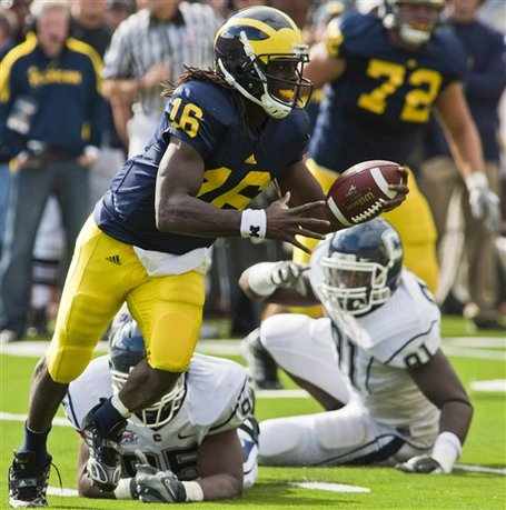 44952_connecticut_michigan_football_medium
