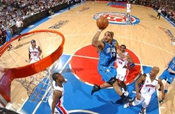 Jameer Nelson takes a tough right-handed layup for the Orlando Magic against the Detroit Pistons