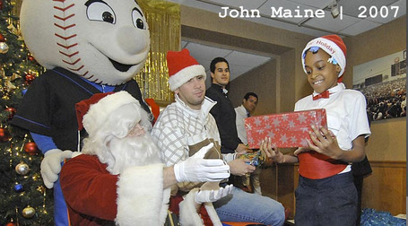 Mets_santa_2007_john_maine_medium