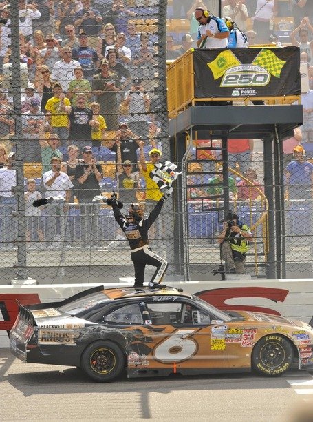 2011_iowa_may_nns_race_stenhouse_salutes_fans_medium