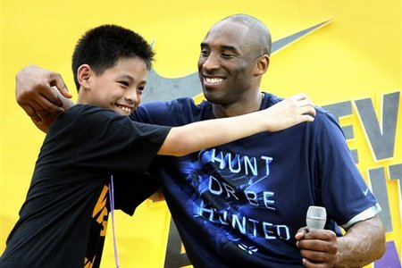 111831_aptopix_philippines_basketball_kobe_bryant_medium