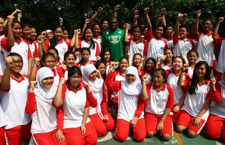 Nate_with_some_students_of_sman_70_jakarta_medium