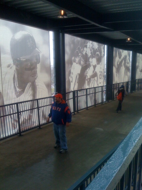 Citi_field_-_7_met-filled_walkway_medium