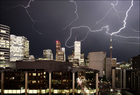 Lightning_storm_cn_tower_03_medium
