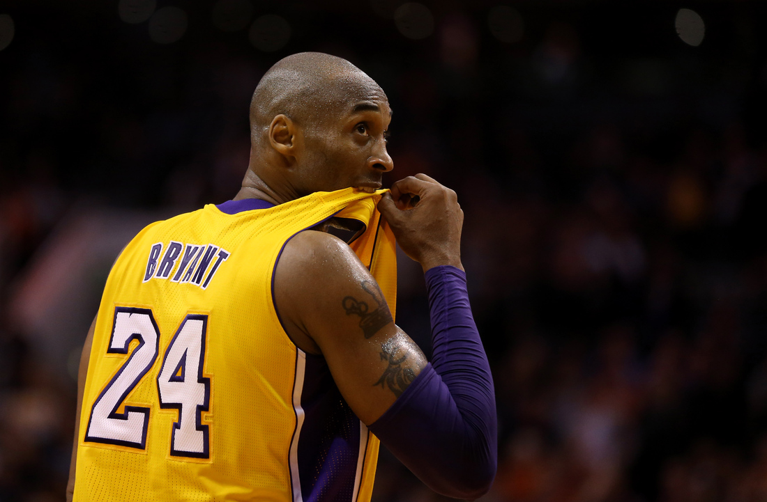 the latest 51e9e 1da8b Why does Kobe Bryant chew his jersey all the time ...